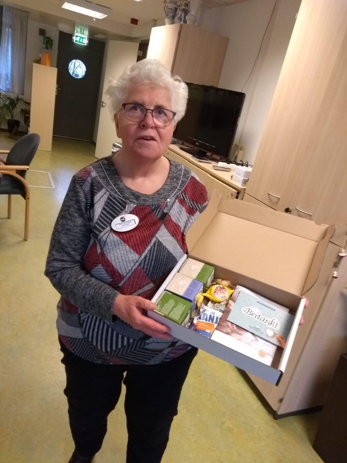 Vrijwilliger ontvangt bedankje voor enorme inzet