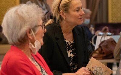 Sigrid Kaag brengt bezoek aan Haags Ontmoeten Julianaplaza